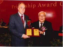 Martin Wragge, CEO of LRPS China, receives his award from Li Guixian, Vice Chairman of Chinese People's Political Consultative Conference